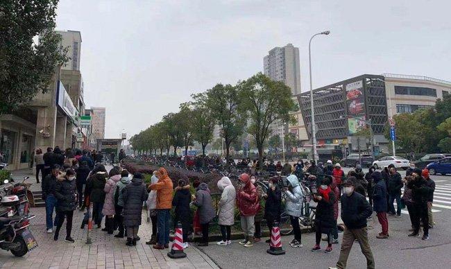 マスク購入のために行列する人々