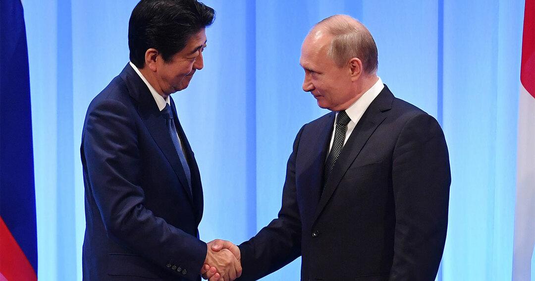 握手する安倍晋三首相とプーチン大統領
