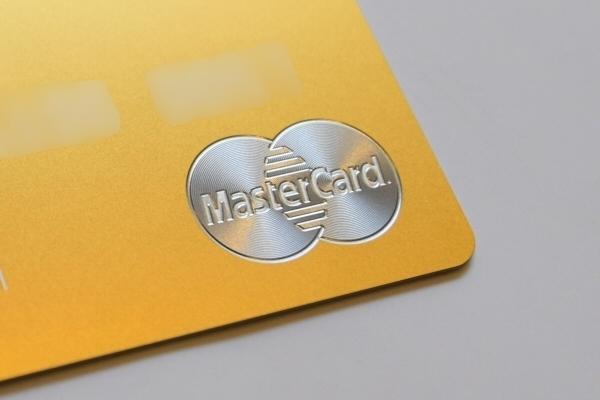 「ラグジュアリーカード」のMastercardロゴは、レーザーで削り出し