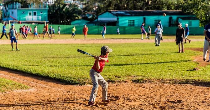 野球をする海外の少年たち