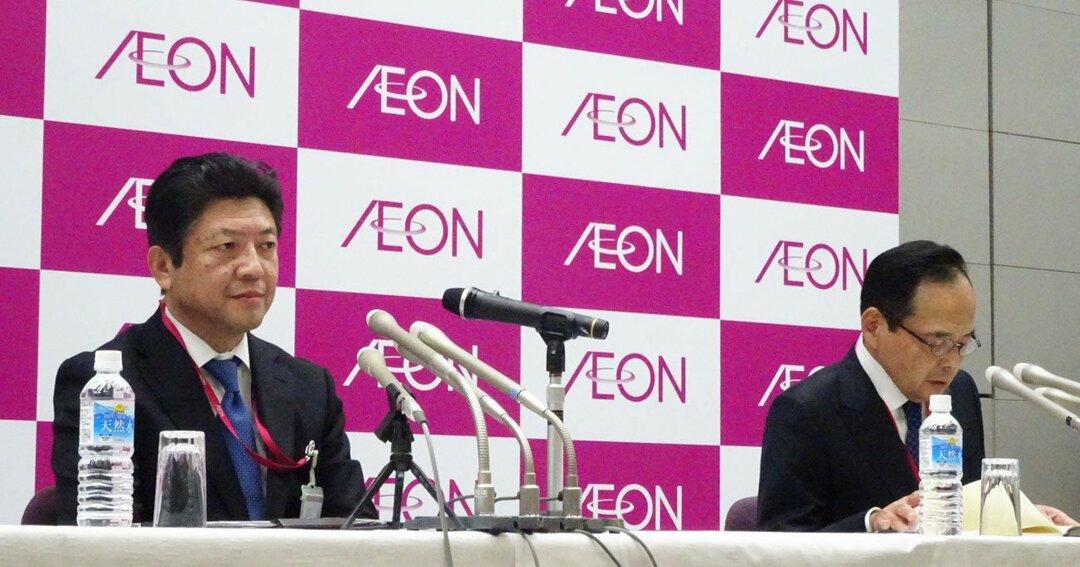 緊張した面持ちの吉田次期社長(左)の隣で、不機嫌丸出しだった岡田社長