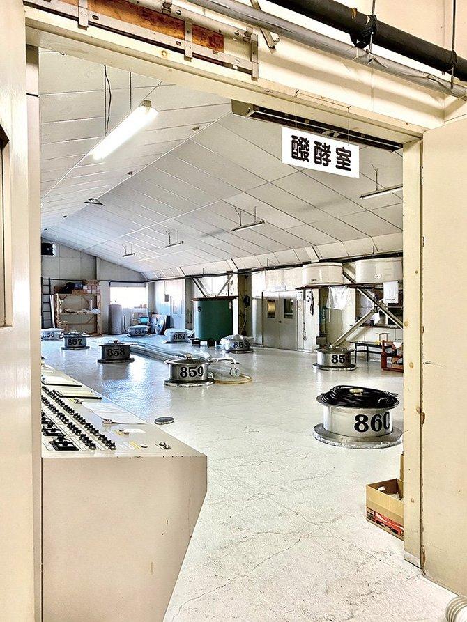 2階にある発酵室。仕込みタンクの上部が見える