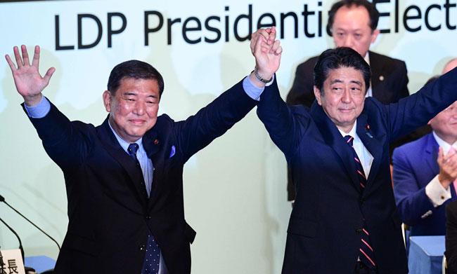 自民党総裁選を戦った石破元幹事長(左)と安倍首相