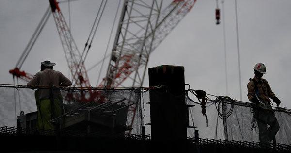 建設現場で働く作業員たち