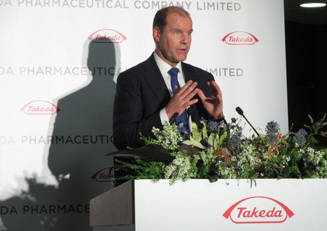 シャイアー買収について会見する武田薬品のクリストフ・ウェバー社長・CEO
