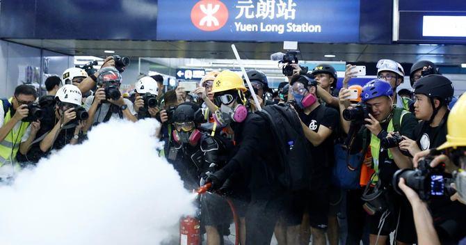 香港の衝突が世界に拡散、親中派デモの裏で何が