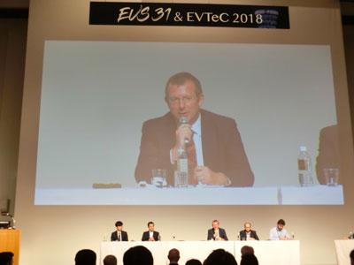 EVS31のパネルディスカッションで発言する、チャージング・インターフェイス・イニシアチブ(CHARIN)代表者