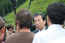 平野文科相がついに大川小を視察<br />震災から1年5ヵ月でようやく国が動いた