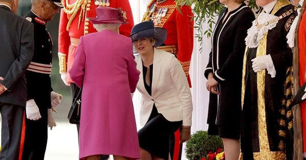 英国のエリザベス女王に直接触れることは最大のタブーとされている