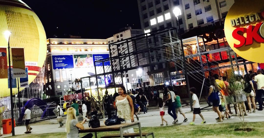 オリンピック大通りの巨大スクリーンで開会式を見る