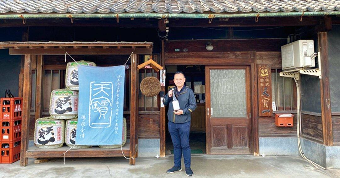 旧山陽道沿いに立つ蔵と村上康久さん