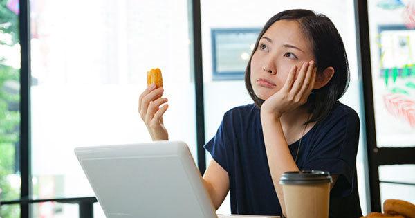 疲れたときに甘い物をとるのは認知機能を低下させる?