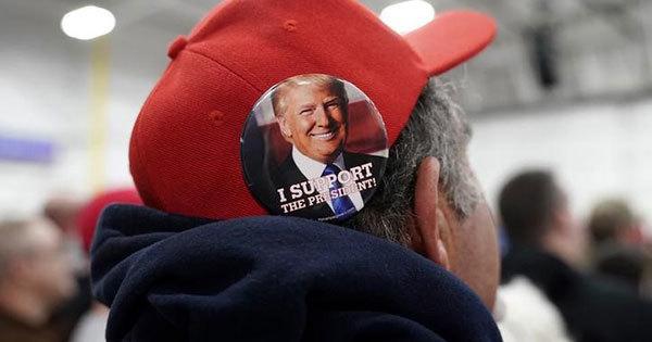 トランプ米大統領のバッジをつけた支持者