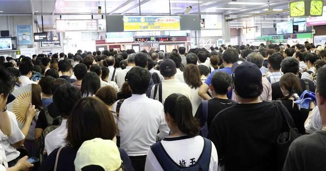 運転再開を待つ人で混雑するJR川口駅