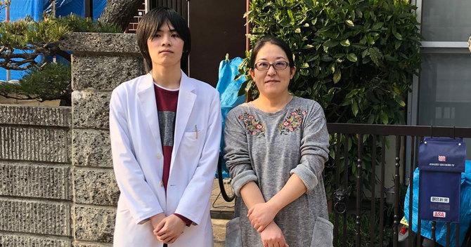 鳥山樹くん(左)と母のまゆみさん(右)
