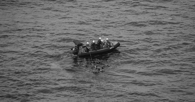 誘導する小型艇