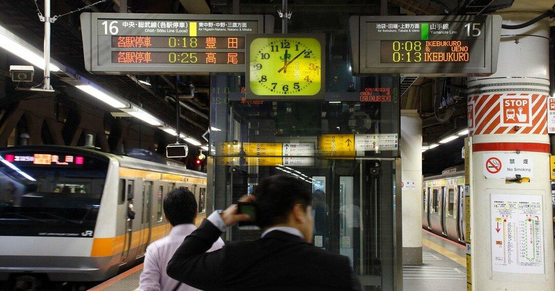 終電間際のJR新宿駅ホーム