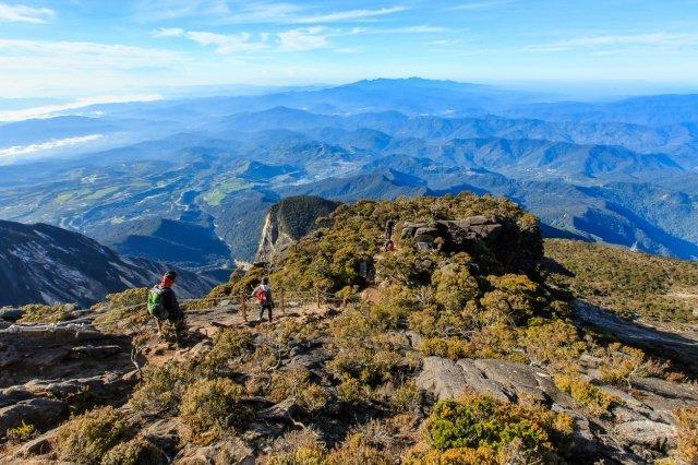 島内最高峰のキナバル山は標高4095m。島の中央を貫く山脈が望める