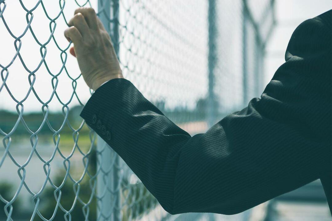 フェンスを掴む手