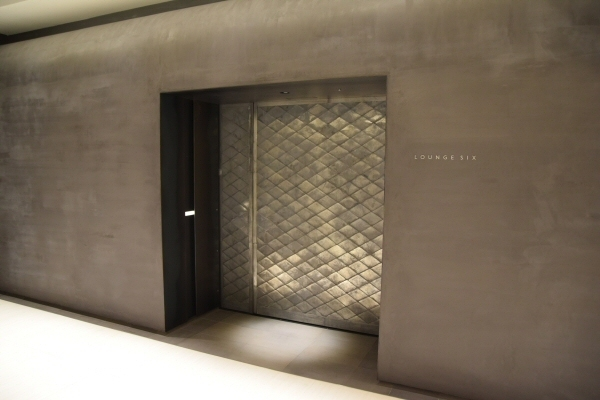 「LOUNGE SIX」の入り口の自動ドア