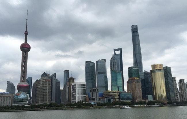 変調が始まる中国・上海の経済。見出しこそ控えめだが、新聞を開けばその「変調」が伝わってくる