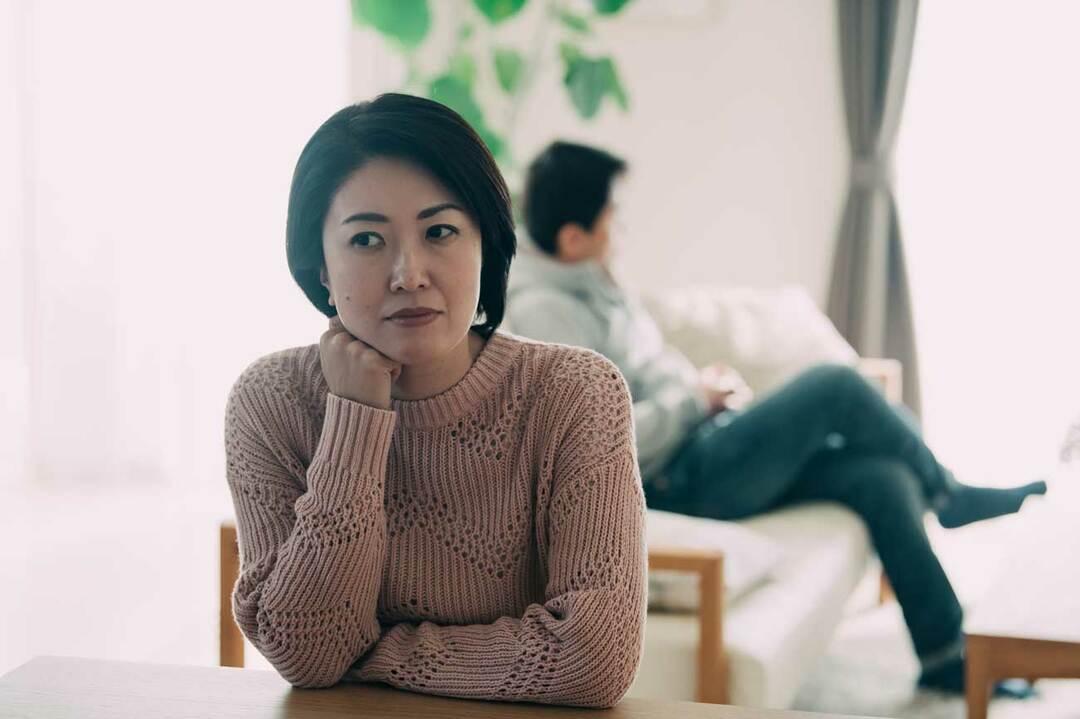 離婚がちらつく熟年夫婦イメージ