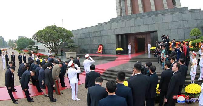 ホー・チ・ミン氏の霊廟を訪れる金正恩委員長