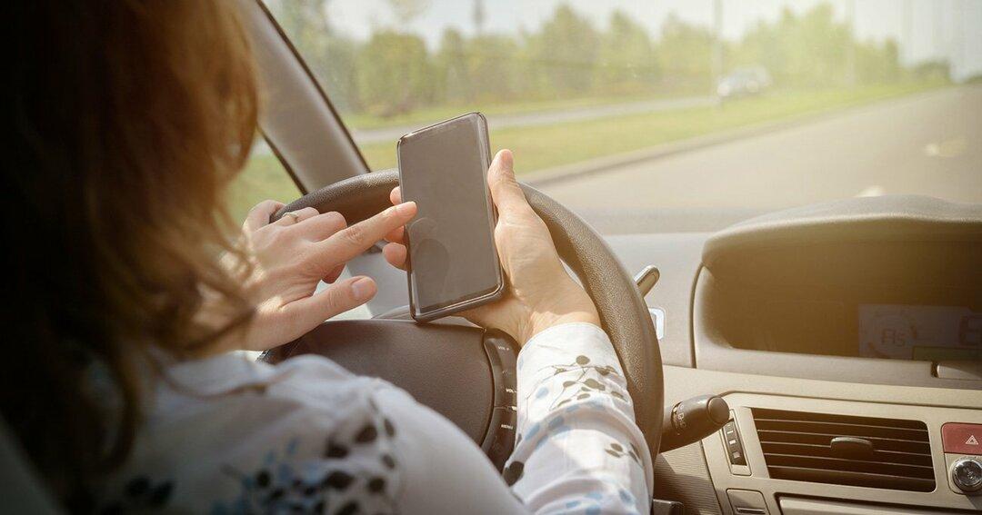 運転中の「ながらスマホ」をAIで徹底監視、豪州で導入テスト