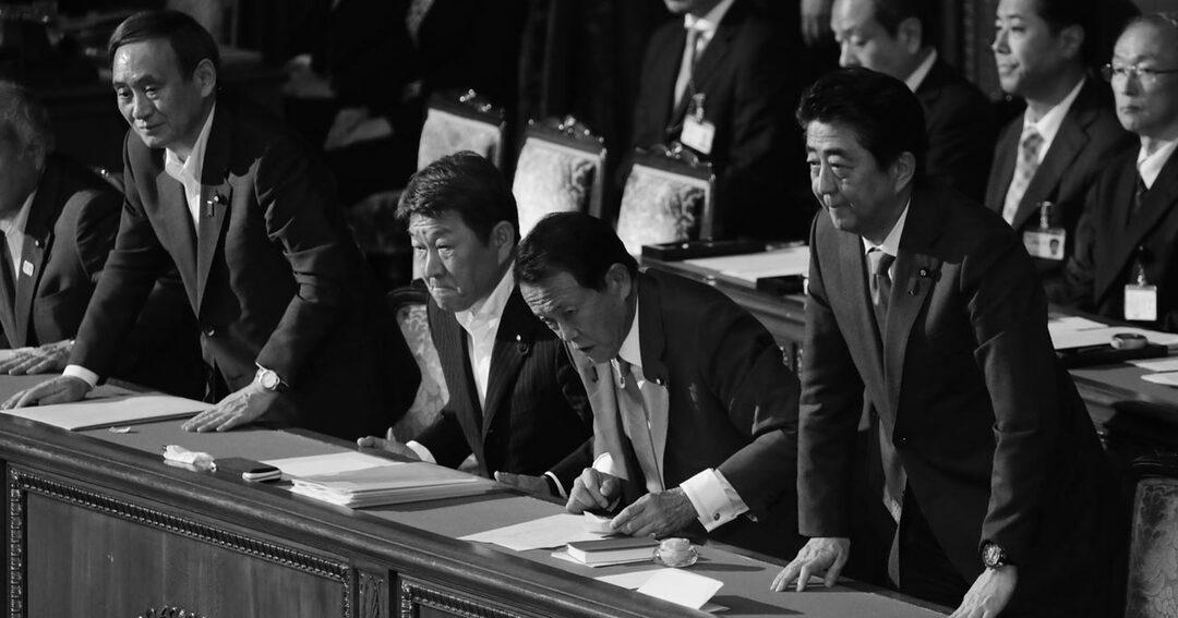 6月25日、衆議院本会議で内閣不信任決議案が反対多数で否決され、一礼する首相の安倍晋三(前列右)ら