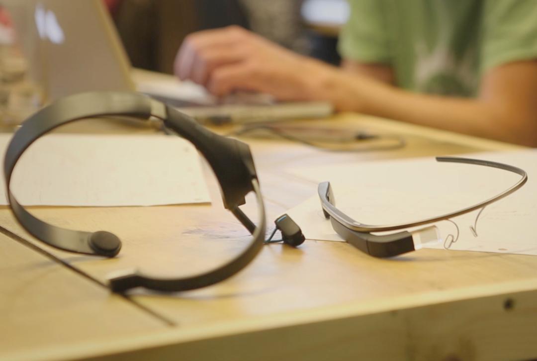 Google Glassで脳波の動きだけで写真を撮れる!<br />物理学者のホーキング博士も注目のアプリとは