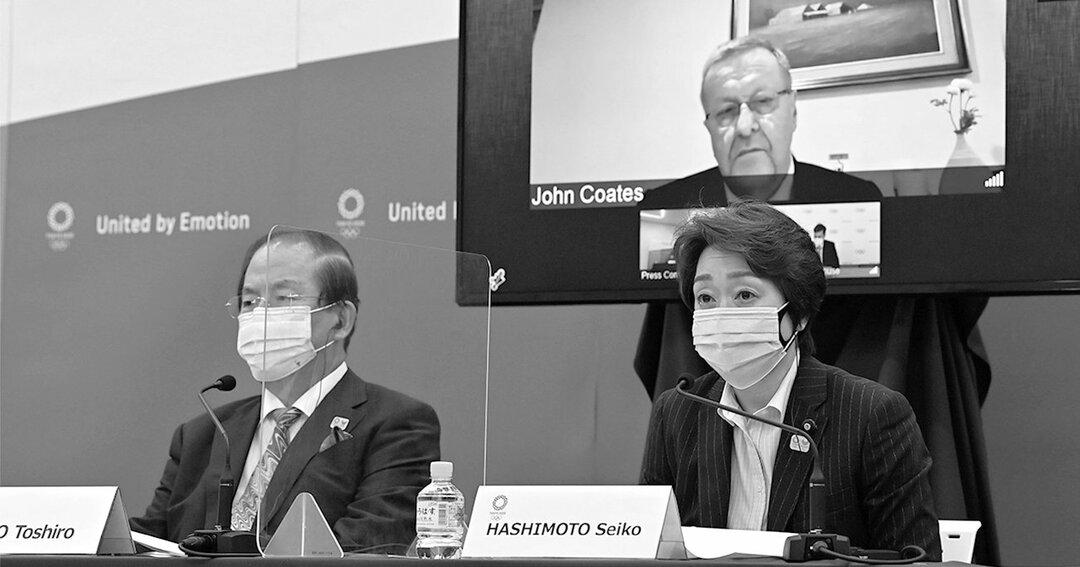国際オリンピック委員会(IOC)との合同記者会見で発言する東京五輪・パラリンピック組織委員会の会長、橋本聖子(右)。左は同組織委の事務総長、武藤敏郎。後方モニターはIOC調整委員長のジョン・コーツ(代表撮影)