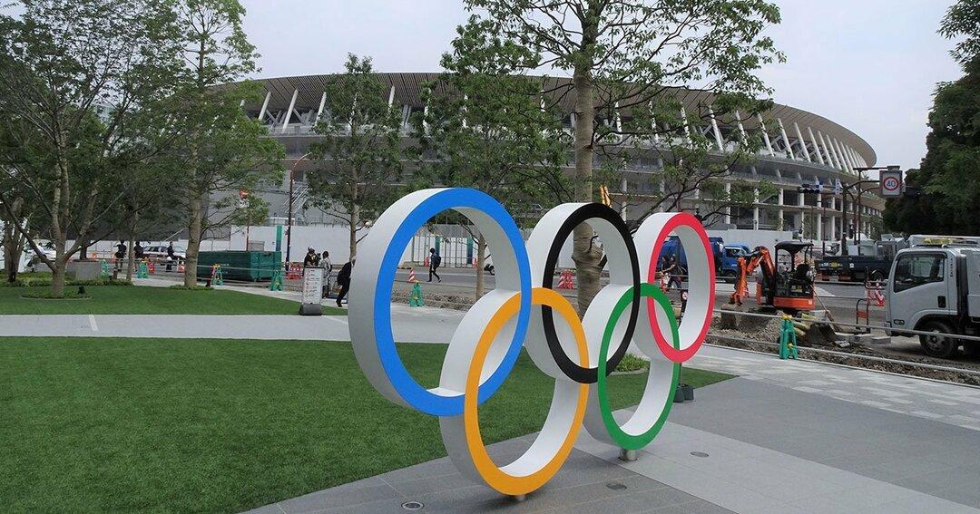 新国立競技場と五輪シンボルマーク