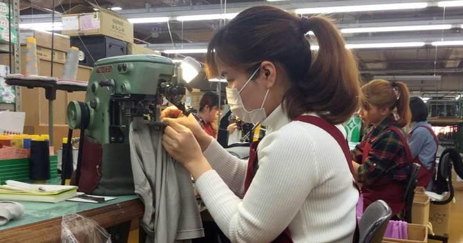 新潟県見附市のニット工場で働くベトナムからの技能実習生