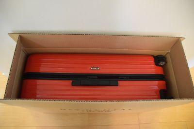 「アールワイレンタル」の箱に入ったスーツケース