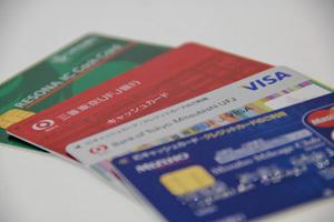 銀行カードローンを金融庁が問題視、多重債務の新たな温床