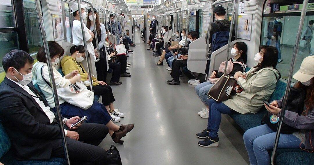ソーシャルディスタンスを守り電車内で一座席ずつ空けて座る乗客