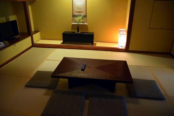 「箱根吟遊」の部屋のダイニング