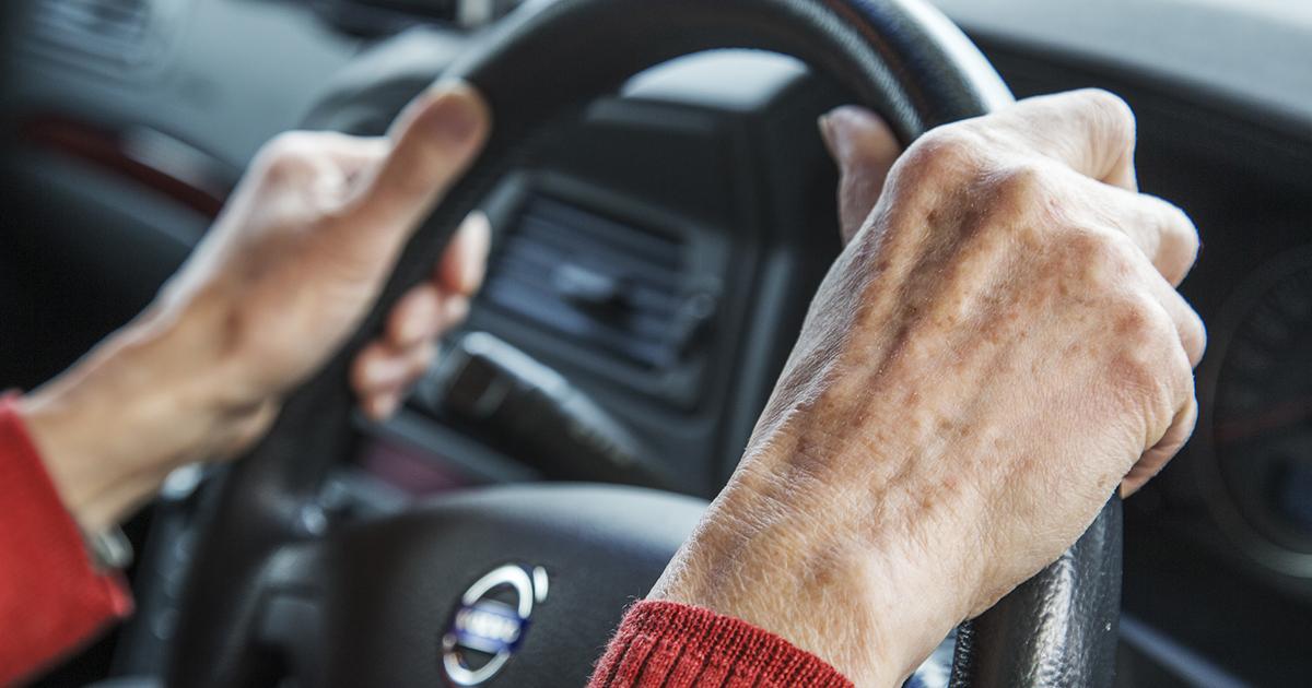 高齢ドライバーの交通事故問題、免許返納をどう進めるか