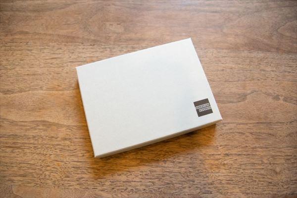 「アメリカン・エキスプレス」から届いた小型の箱
