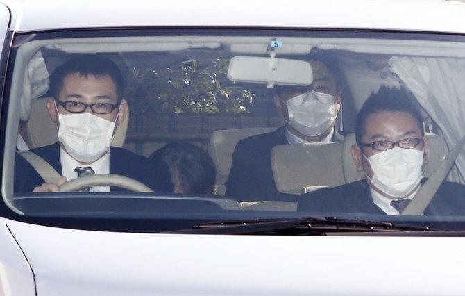 大阪府警の施設に入る筧千佐子被告(左から2人目)=2015年01月28日午前、大阪市住之江区