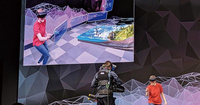 マイクロソフトが発表したホロレンズ2の試遊風景