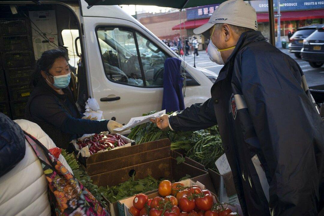 写真:チラシを配るボランティアスタッフ