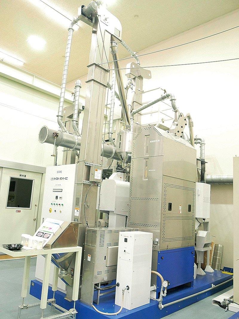 サタケの無洗米製造装置。右手前の銀色のボックスに小粒のタピオカが入っている