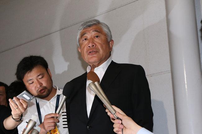 羽田空港で報道陣に対応する日大アメリカンフットボール部内田正人監督