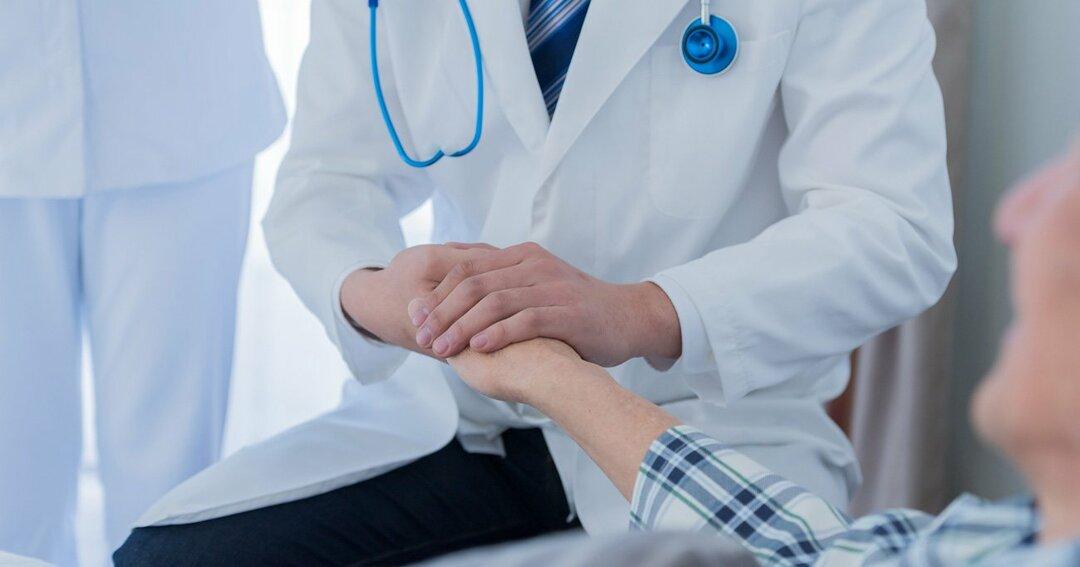 日本では介護施設への訪問診療も定期的に行われるなど医療の介入が多い