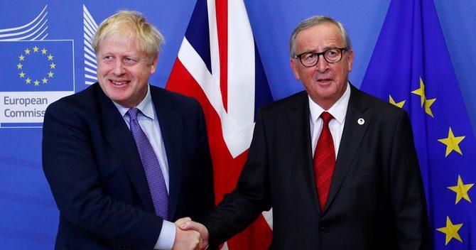 握手するジョンソン英首相とユンケル欧州委員長