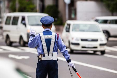 交通誘導警備員の約半数は社会保険未加入という実態も明らかになった