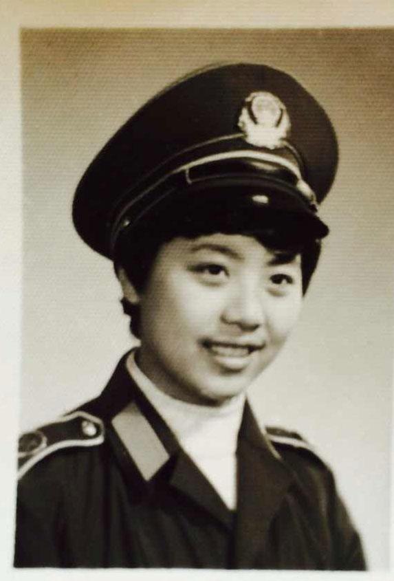 上海武警文工団所属歌手時代の謝鳴さん