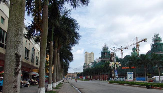 ベトナム・モンカのイ国境ゲートに向かって右に立地する中国資本のショッピングセンター