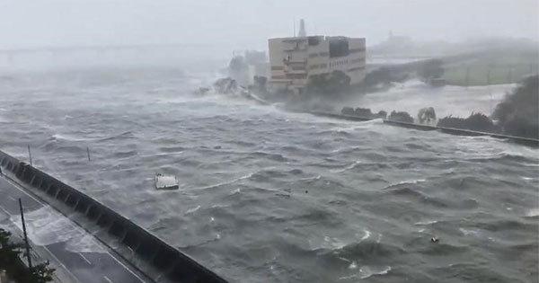 台風21号の直撃で増水した河川